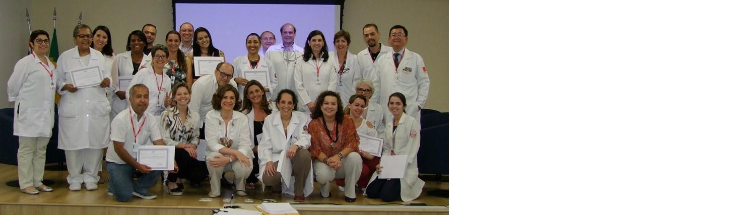 Entrega dos certificados aos concluintes do curso de Biofotônica